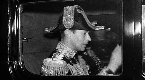 Le roi George VI d'Angleterre apres sa visite au «Accession Council» a St. James Palace, ou il a été officiellement désigné roi .