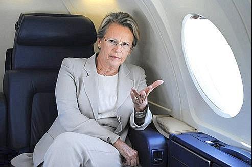 Michèle Alliot-Marie, alors ministre de l'Intérieur, en 2008, se rend à Annecy en avion. Se sont ses déplacements à bord d'un avion privé appartenant à un homme d'affaires tunisien qui ont provoqué la polémique ces dernières semaines. Crédits photo: AFP/STEPHANE DE SAKUTIN.