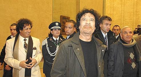 Kadhaf al-Dam (à gauche), proche conseiller et cousin de Kadhafi, l'accompagne lors de sa visite du Louvre à Paris, en décembre 2007.