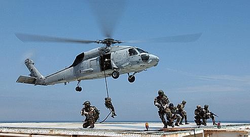Les Navy Seals à l'entraînement sur une plate-forme pétrolière. Depuis les attentats contre le World Trade Center, l'Afghanistan est devenu le terrain de prédilection de ces hommes surentraînés, qui se sont spécialisés dans la chasse aux talibans.