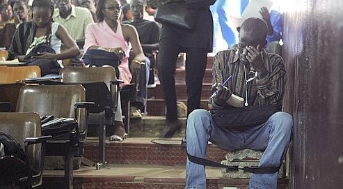 L'université Cheikh Anta Diop de Dakar accueille 60.000 étudiants pour une capacité de 15.000. Faute de sièges, certains s'assoient sur des parpaings dans les allées.