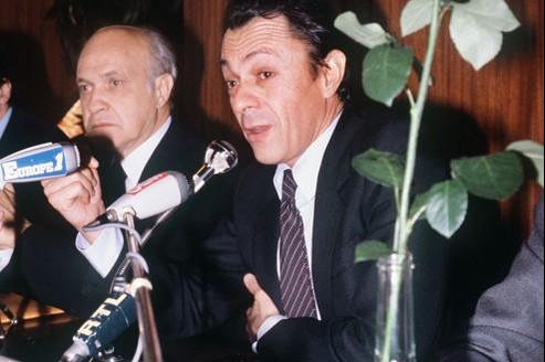 Alain Savary est au côté de Michel Rocard lors d'un meeting électoral pour les présidentielles de mai 1981. Nommé ministre de l'education nationale en 1981, il est à l'origine de la réforme de l'enseignement supérieur adoptée en 1983. Crédit photo : AFP/Daniel Janin.