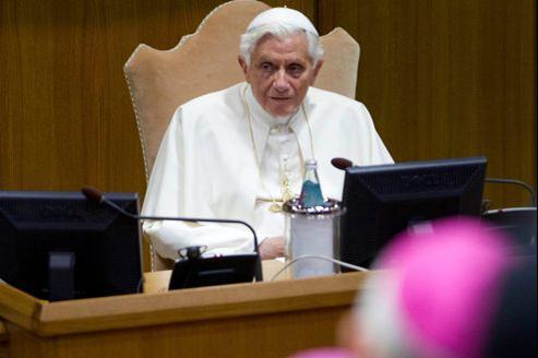 Le pape Benoît XVI parle devant les cardinaux lors de la conférence épiscopale de jeudi, au Vatican.