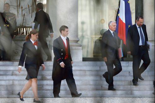 Jean-Marc Ayrault, avec son directeur de cabinet Guillaume Chantepy, quitte le Palais de l'Élysée, le 3 septembre.