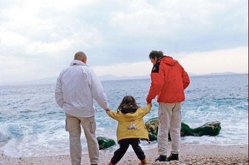 En France, de 40.000 enfants, selon l'Ined, à plus de 300.000 selon les associations de parents gays et lesbiens seraient élevés par des parents de même sexe.