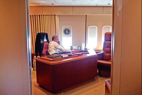 Barack Obama en communication téléphonique avec ses conseillers à bord de l'avion présidentiel, Air Force One.