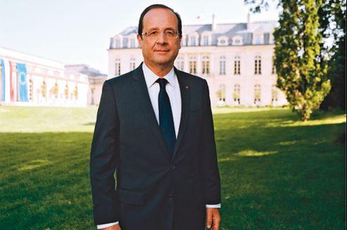 Le portrait officiel du président Hollande dans les jardins de l'Élysée.