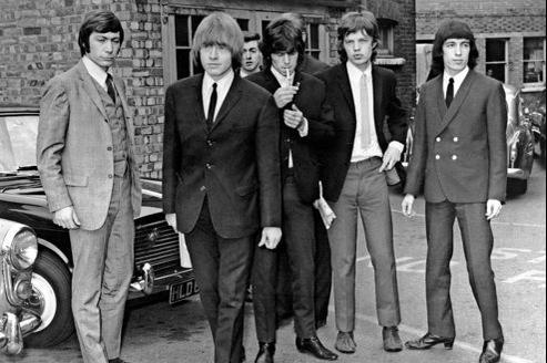 Le groupe en 1965. À leurs débuts, les Stones se voulaient l'antithèse des «gentils» Beatles et, malgré leurs costumes, étaient perçus comme les «méchants» de la planète musicale.