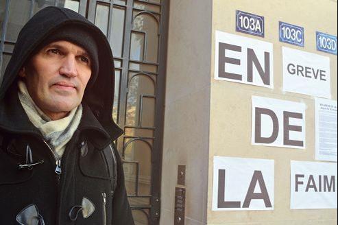 Depuis douze jours, Laurent Corteel campe devant son immeuble, en grève de la faim. Les locataires de l'appartement qu'il a acheté le 18 juillet dernier refusent de quitter les lieux, invoquant la trêve hivernale.