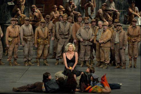 Anna Caterina Antonacci dans le rôle de Carmen, sur la scène de l'Opéra Bastille.