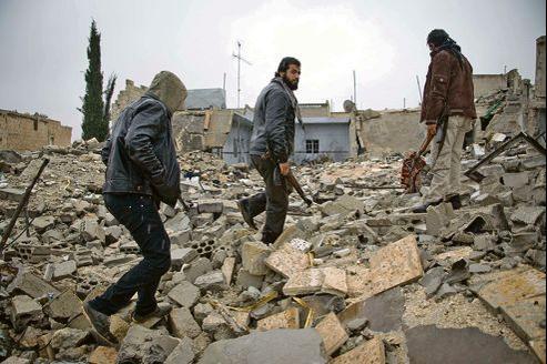 Des rebelles syriens marchent sur les décombres d'un bâtiment, jeudi, à Alep, deuxième ville syrienne.