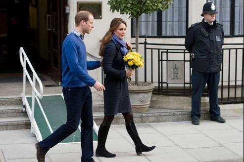 Le prince William et son épouse, Kate, jeudi, à la sortie de l'hôpital du Roi Édouard VII à Londres, où la duchesse avait été admise quatre jours plus tôt.