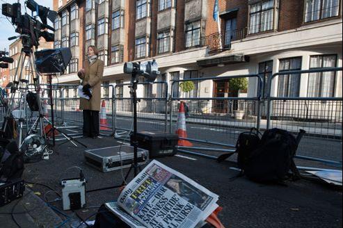 Le quotidien Daily Mail présente en une le suicide de l'infirmière, alors qu'une journaliste traite le sujet en direct devant le King Edward VII Hospital, samedi à Londres.