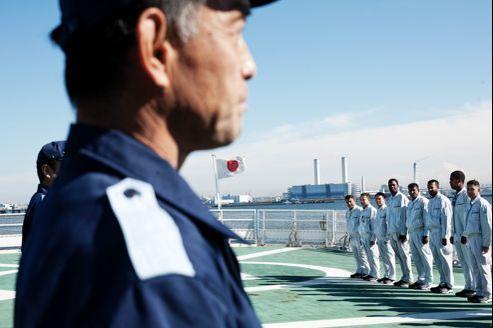 Cérémonie sur un navire militaire japonais accueillant une délégation régionale au large de Yokohama. Le Japon multiplie les collaborations militaires avec les pays voisins. Ce changement stratégique est né du différend qui oppose Tokyo à Pékin à propos d'îlots inhabités en mer de Chine orientale.