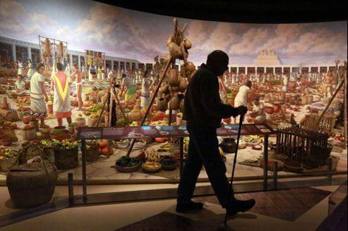 Reconstitution (en diorama) d'un marché aztèque. L'exposition nous apprend que chaque année 4 000 milliards de dollars de nourriture sont achetés et vendus dans le monde. Elle explore aussi, entre autres, le gaspillage des aliments, 30 % au niveau mondial et la pénurie, 870 millions de personnes souffrent de la faim.