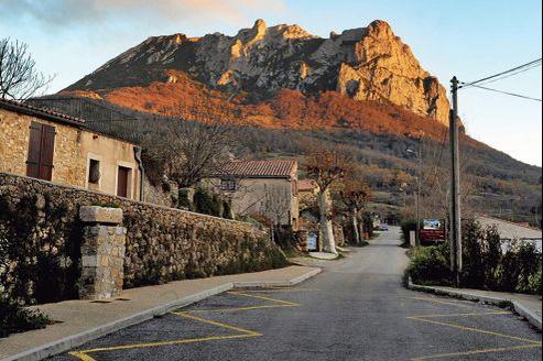 Le pic de Bugarach, qui culmine à 1230 mètres au-dessus du village, sera interdit d'accès mais aussi de survol du 19 au 23 décembre.
