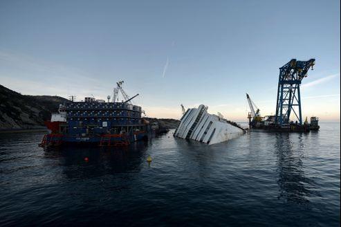 Les 44.600 tonnes du Costa Concordia reposaient toujours au large de l'île du Giglio mercredi. Le renflouage de l'épave a été retardé de plusieurs mois. Il ne devrait intervenir, au plus tôt, qu'à l'été 2013. Son coût dépasserait les 200millions d'euros.