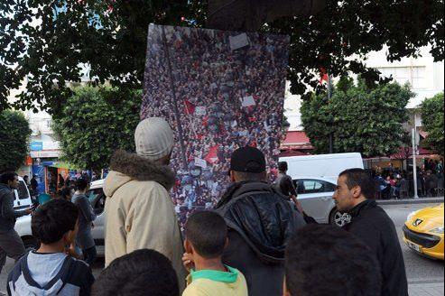 Exposition de photos pour le deuxième anniversaire de la révolution de 2011, avenue Bourguiba, dimanche dans le centre de Tunis.