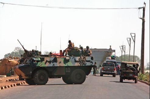 Des véhicules transportant des militaires français se sont rendus mercredi à Markala, à une quarantaine de kilomètres de Ségou, au nord-est de Bamako, pour y sécuriser un pont sur le fleuve Niger et la route menant à Niono.