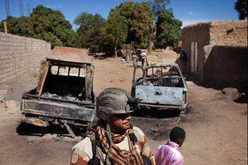 Un soldat français devant les carcasses calcinées de véhicules abandonnés par les islamistes, lundi à Diabali.