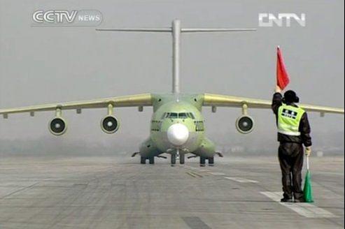 Image de la télévision chinoise montrant le Y-20, un quadriréacteur dont le rayon d'action devrait être de 4400 kilomètres.