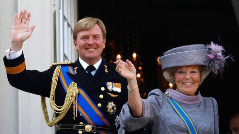 La reine Beatrix et son fils Willem-Alexander saluent la foule en avril 2011, depuis le palais Noordeinde, à La Haye.