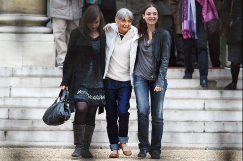 Françoise Larribe et ses filles, Marion et Maude, sur le perron de l'Élysée, le 26 février 2011, à Paris.