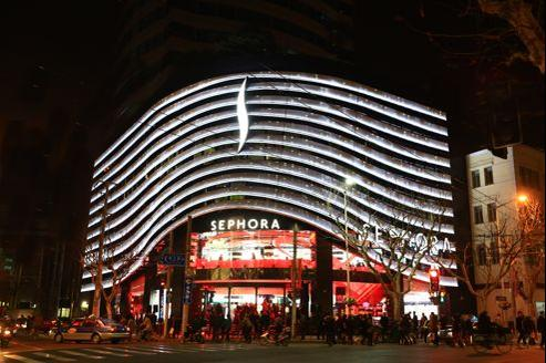 Sephora ouvre aujourd'hui à Shanghaï son deuxième plus grand magasin au monde: 1500 mètres carrés, autant que sur les Champs-Élysées.