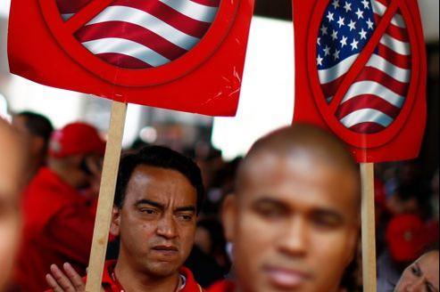 En mars 2011, des employés de la compagnie pétrolière PDVSA protestent contre les sanctions américaines liées au soutien de Caracas à l'Iran.