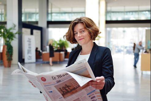 Le 7 mars, au siège du <i>Monde,</i> boulevard Auguste-Blanqui, à Paris, Natalie Nougayrède tient le journal daté du 8, son premier en tant que directrice.