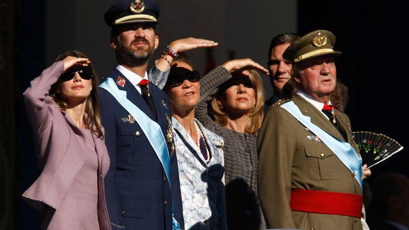 La famille royale, en 2009 à Madrid. De gauche à droite: la princesse Letizia et son époux le prince Felipe, l'infante Elena, l'infante Cristina et le roi Juan Carlos.