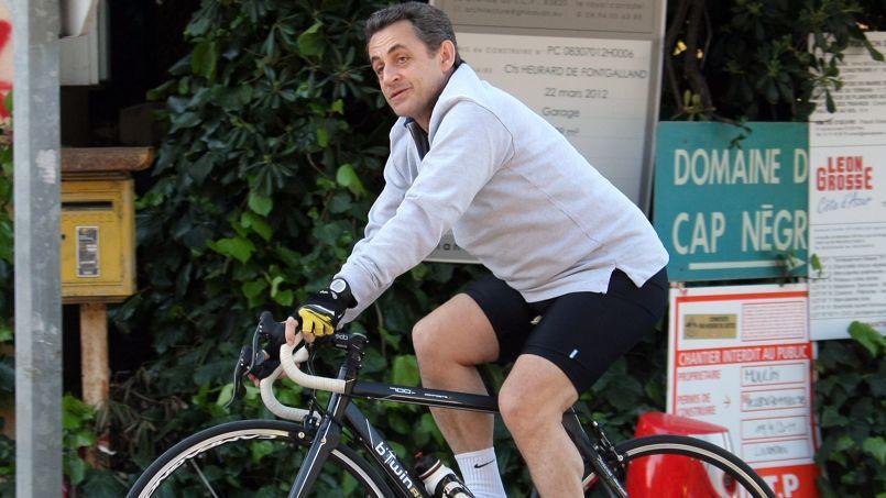 Nicolas Sarkozy, grand sportif et grand amateur du Tour de France, profite d'un week-end sur la Côte d'azur le 18 avril 2012 pour faire un tour en vélo.
