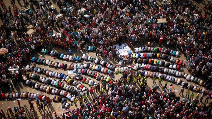 Des opposants au président égyptien Mohammed Morsi prient durant une manifestation, dimanche, place Tahrir au Caire.