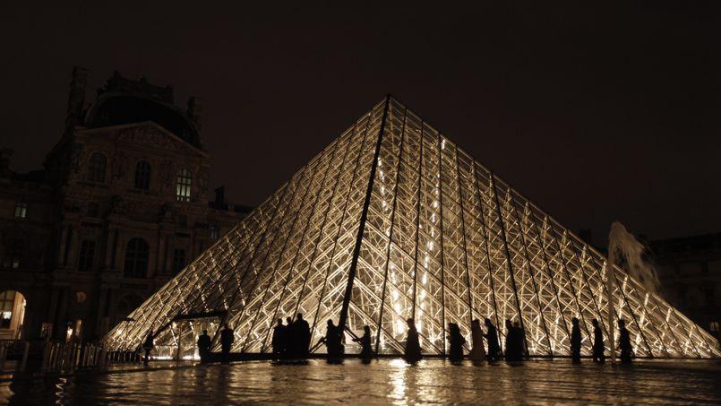 La Pyramide du Louvre, éclairé par des LED depuis le 6 décembre 2011.