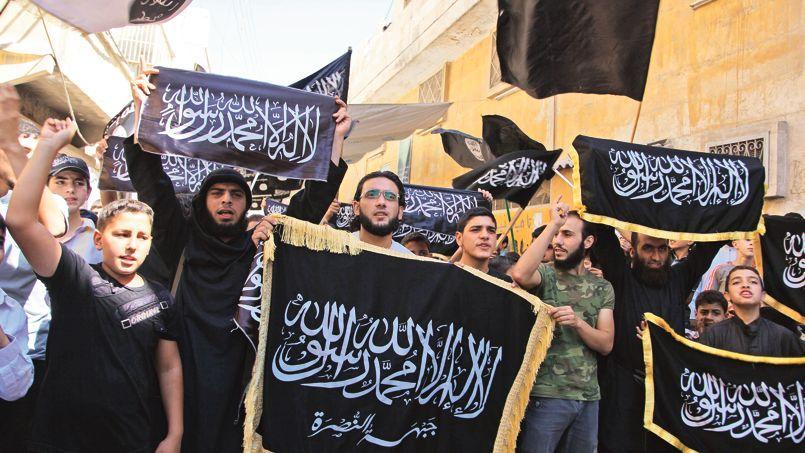 Des partisans du Front al-Nosra manifestent dans Alep, le 13 septembre. Un an et demi après sa création, le groupe lié à al-Qaida est déjà parvenu à essaimer grâce à de nombreuses factions satellites qui partagent son idéologie.