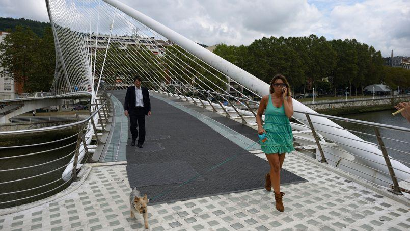 A Bilbao, en Espagne, après plusieurs glissades et chutes de piétons, on a dû poser une moquette sombre sur le pont blanc translucide dessiné par l'architecte Santiago Calatrava.