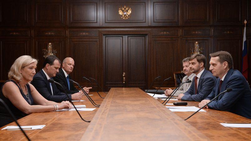 Marine LePen reçue, avec Louis Aliot, par Sergueï Narychkine, le président de la Douma, la Chambre basse russe, à Moscou le 19juin. Un signal envoyé par un proche de Vladimir Poutine. <i>Crédits photos: Ramil Sitdikov/RIA Novosti/IMAGE FORUM</i>
