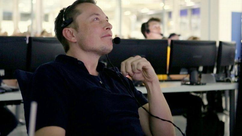 Elon Musk dans une salle de contrôle en juin 2012.