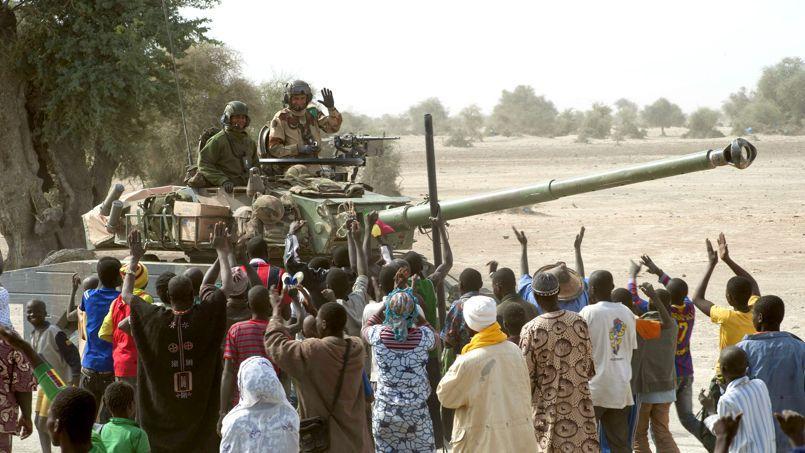 Des militaires français de l'opération «Serval» acclamés par la foule, en janvier 2013, après la reconquête en quelques jours des villes du nord du Mali tombées aux mains des djihadistes.