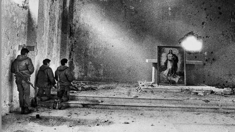 «Église», de la «War Generation Serie», par Roger Moukarzel. Cet ancien photoreporter a fait la une des 40 ans de Paris Match pour incarner la génération photo des années 1980. Artiste, il milite pour la paix avec sa série sur le voile dans toutes les confessions.