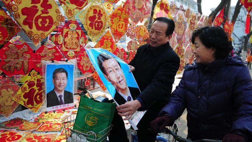Des habitants de Liaocheng, dans la province de Shandong, achètent un portrait du président Xi Jinping édité à l'occasion des célébrations de l'année du Cheval.