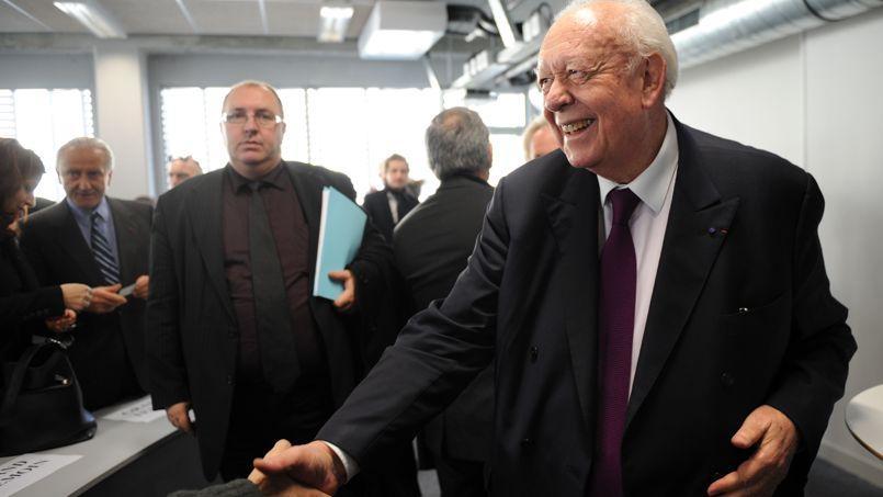 Jean-Claude Gaudin, le 23 janvier à Marseille, lors de la présentation de son programme économique, entouré d'entrepreneurs locaux et nationaux venus le soutenir.