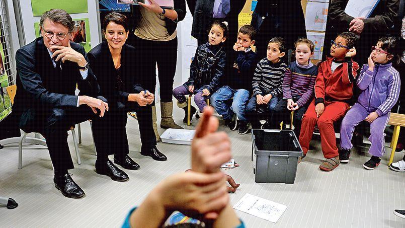 Vincent Peillon et Najat Vallaud-Belkacem assistent à l'un des premiers programmes des «ABCD de l'égalité» en janvier 2014 dans une école primaire de Villeurbanne.
