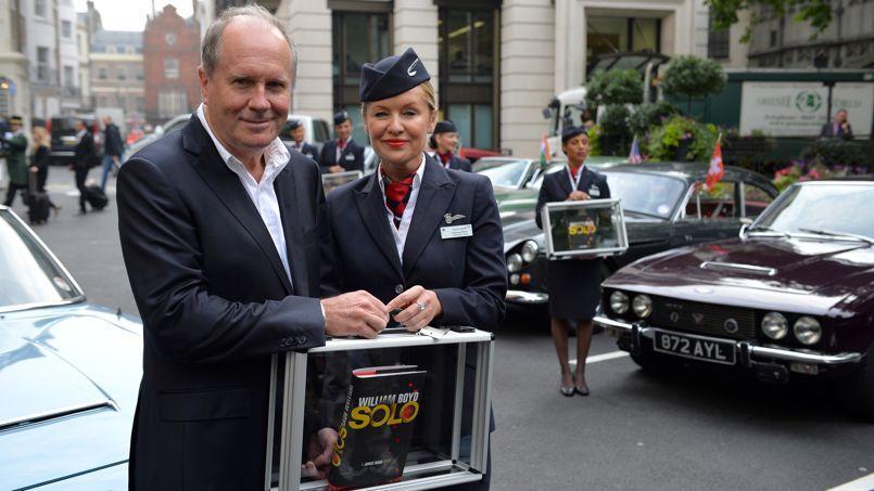 L'écrivain William Boyd pose avec son nouveau roman dédié à James Bond, <i>Solo</i>, à Londres, le 25 septembre 2013.