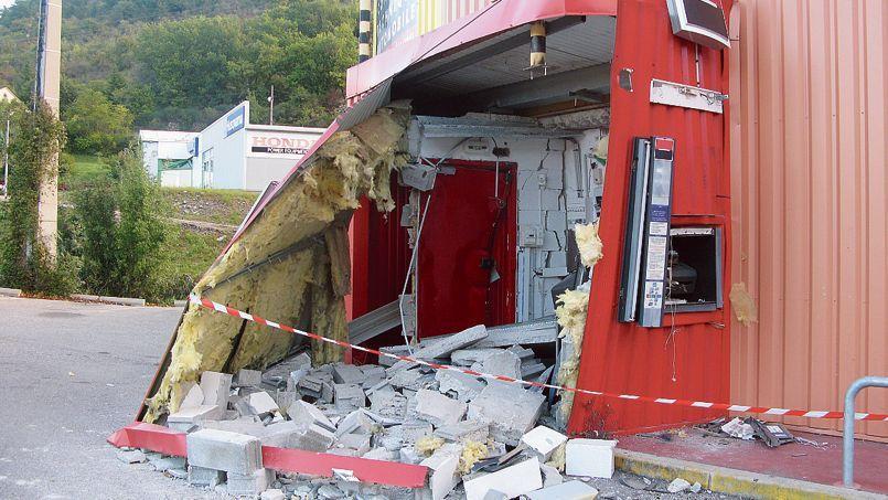 Un distributeur de billets attaqué à l'explosif à Privas, en 2013.