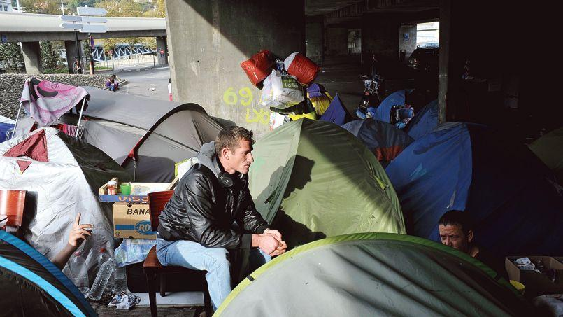 Campement de demandeurs d'asile, dans le quartier de Perrache, à Lyon, en octobre 2013.
