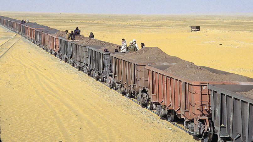 Le train le plus long et le plus lourd du monde transporte le minerai de Zouerate à Nouadhibou, un trajet de 350 kilomètres qu'il parcourt en 18heures.
