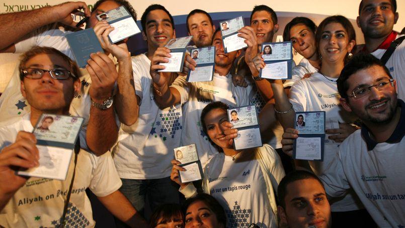 Des jeunes Français avec leurs passeports israéliens lors d'une cérémonie dans les locaux de l'Agence juive, àJérusalem, en octobre 2009. L'agence a pour mission de faciliter l'émigration vers Israël.