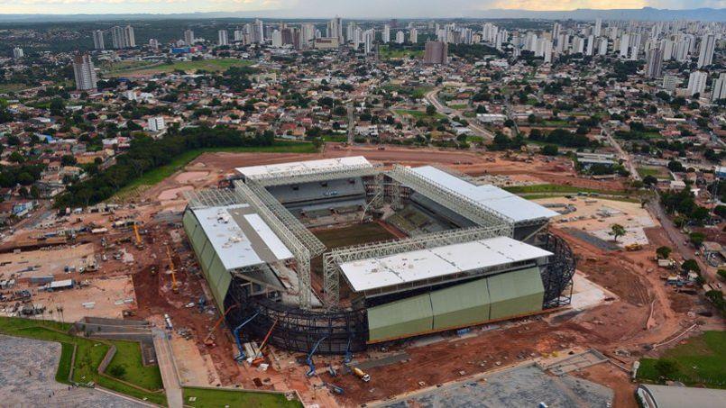 Vue de l'Arena Pantanal à Cuiaba, à l'ouest du Brésil, en décembre 2013. Un mois avant le début de la Coupe du monde, le stade est toujours en construction, ainsi que trois autres enceintes prévues pour la compétition.
