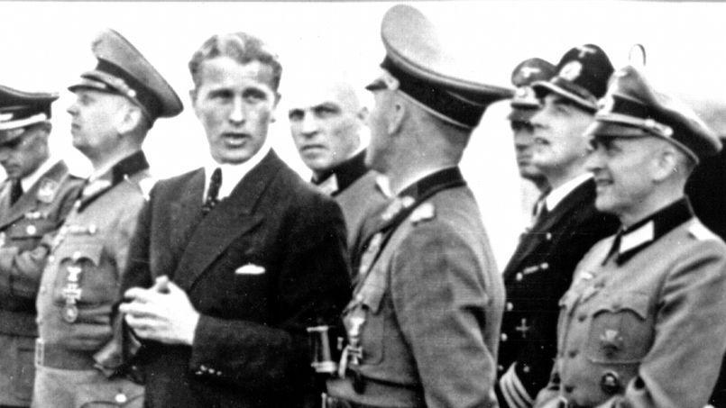 Le spécialiste des fusées Wernher von Braun (de face) observe avec un groupe d'officiers militaires allemands le lancement d'une fusée en 1944 à Peenemünde, en Allemagne.
